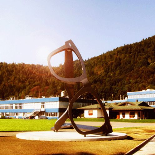 Il monumento all'occhiale presso la sede di Luxottica ad Agordo