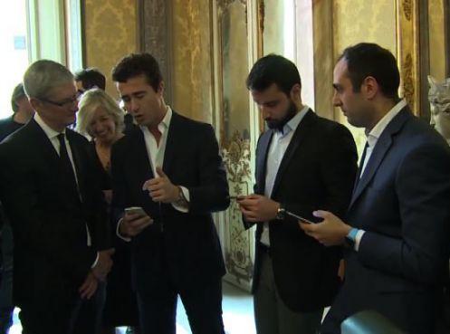 Tim Cook (a sinistra) con tre degli sviluppatori italiani incontrati a Palazzo Chigi