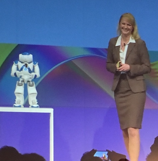 Michelle Unger dialoga con il robot NAO