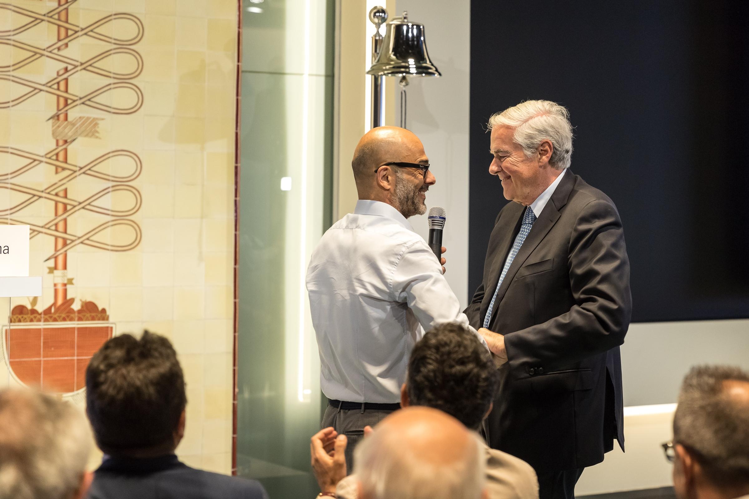Il CEO Andrea Rangone (sin.) e il Presidente Umberto Bertelè sotto la campana che annuncia l'apertura delle negoziazioni