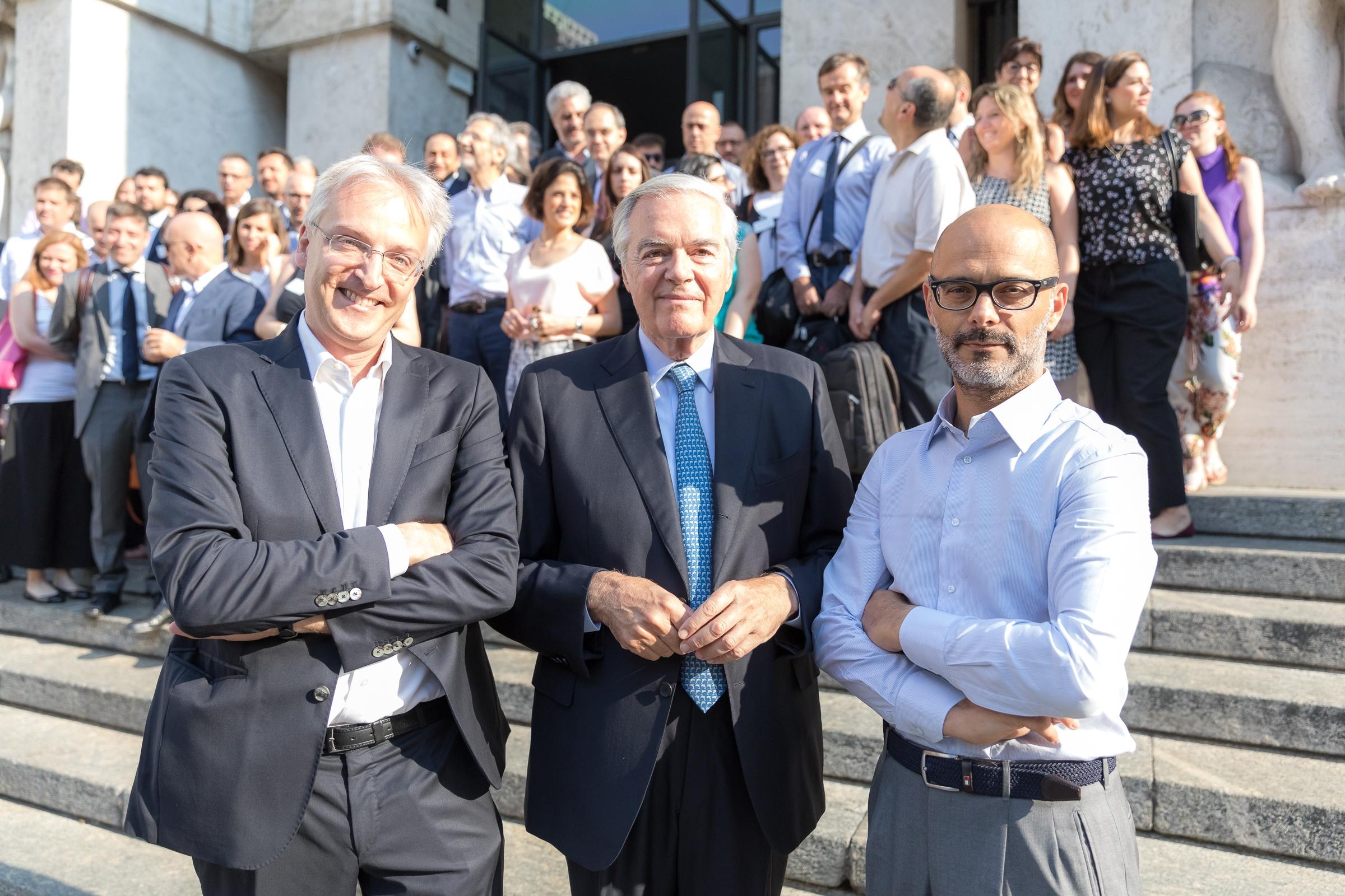 Il team di Digital360 davanti al Palazzo della Borsa in piazza Affari. In primo piano da sin. Mariano Corso, Umberto Bertelè e Andrea Rangone