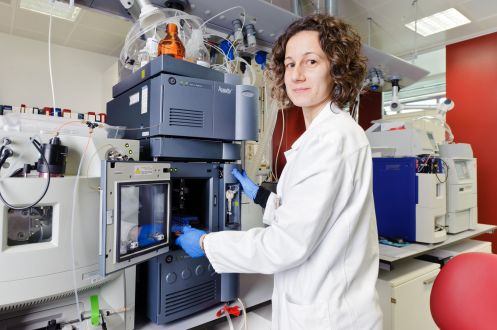 Ricercatrice al lavoro presso i laboratori Chiesi di Parma