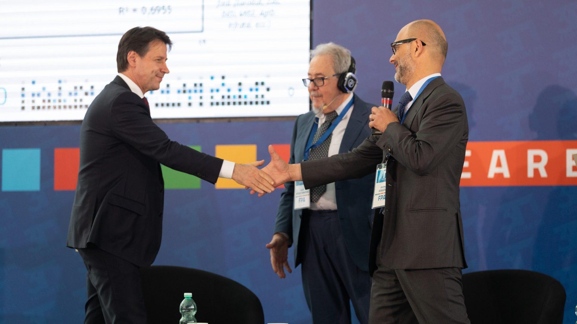 Il premier Conte con Carlo Mochi Sismondi e Andrea Rangone (foto Stefano Corso)